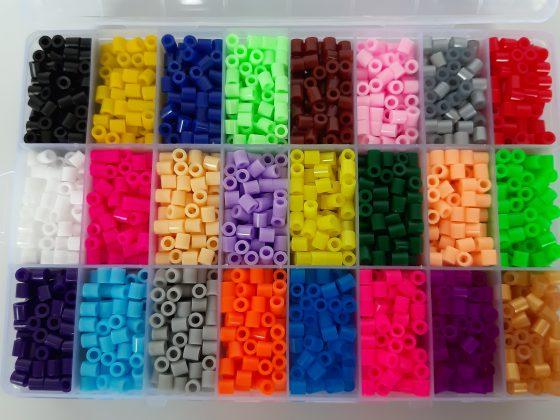 משחק יצירה - חרוזים לגיהוץ - קופסת אחסון החרוזים מחולקת לתאים לפי צבע