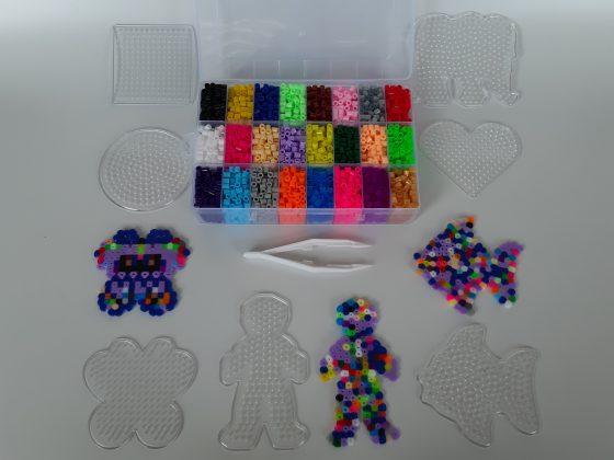 משחק יצירה - חרוזים לגיהוץ - קופסאת אחסון מחולקת לתאים ותבניות מגוונות